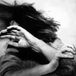Atacul fizic sau sexual poate fi însoţit de intimidări sau abuzuri verbale; distrugerea bunurilor care aparţin victimei
