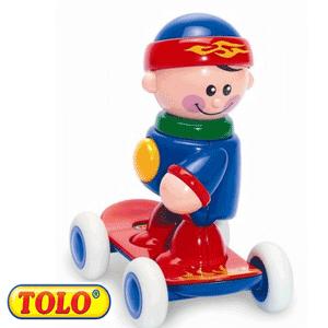 Tolo Toys First Friends: Baietelul cu skateboard